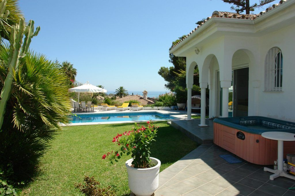 Elviria, elegant villas and attractive apartment in Marbella East