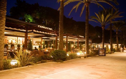 Beachside dining on Marbella's Golden Mile