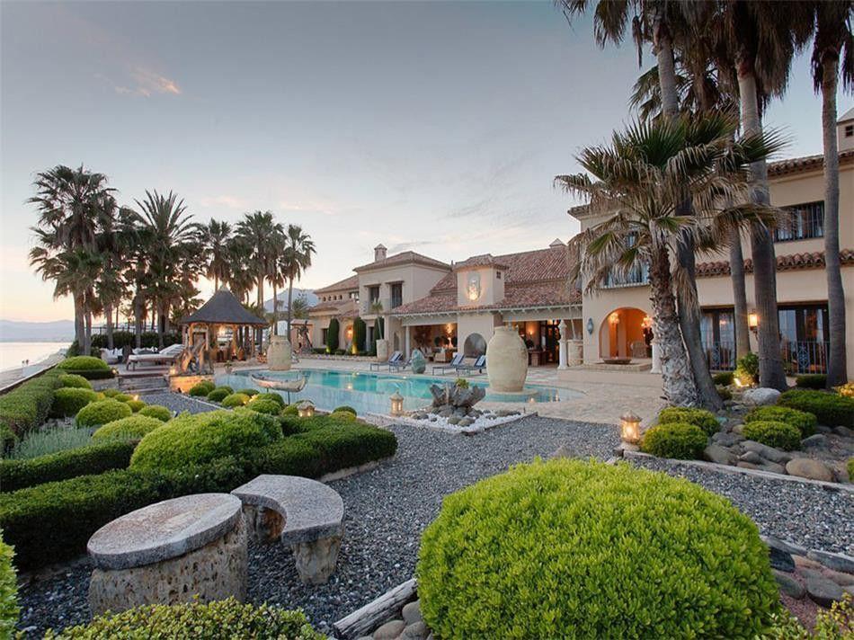 ARFV1709 - Repräsentative Luxusvilla in erster Strandlinie zum Verkauf in Los Monteros Playa in Marbella