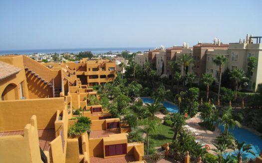 ARFA878 - Elegantes Penthouse zum Verkauf in Los Flamingos in Estepona mit Dachterrasse in bester Golflage