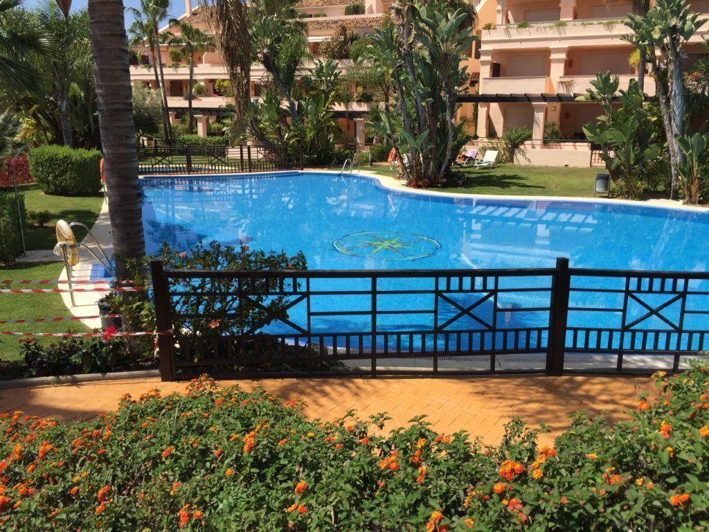 ARFA1192 - Grosszügige Gartenwohnung zum Verkauf in Albatross Hill Club in Nueva Andalucia