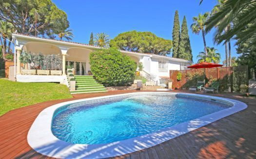 ARFV2115 - Villa im andalusischen Stil zu verkaufen im Golftal in Nueva Andalucia in Marbella