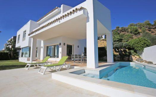 Moderne Villa mit Meerblick am Golfplazt zu verkaufen in La Alqueria in Benahavis.