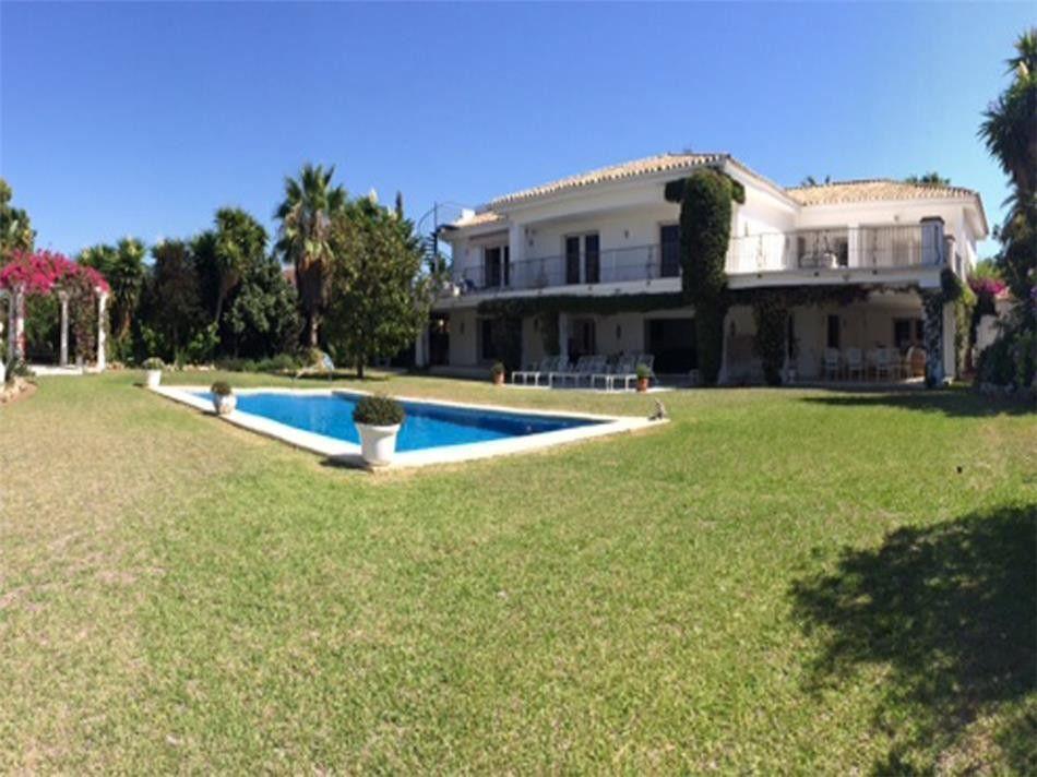 ARFV1637 - Strandvilla zu verkaufen in El Paraiso Barronal in Estepona