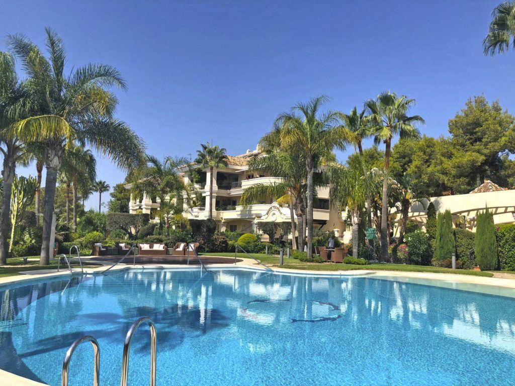 ARFA832 - Elegante Wohnung zum Verkauf in Altos Reales in Marbella mit Meersicht