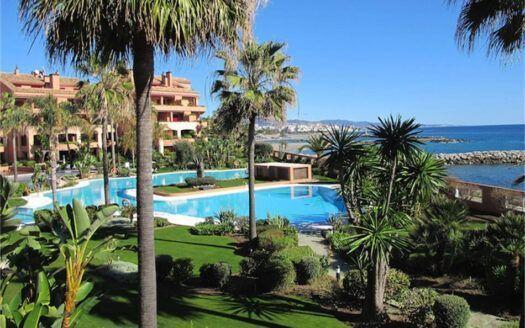 Komplett möblierte Luxuswohnung zum Verkauf in Puerto Banus in erster Linie Strand