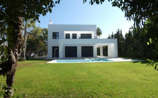 ARFV2182 Helle Neubau-Villa in Atalaya Beach in Estepona