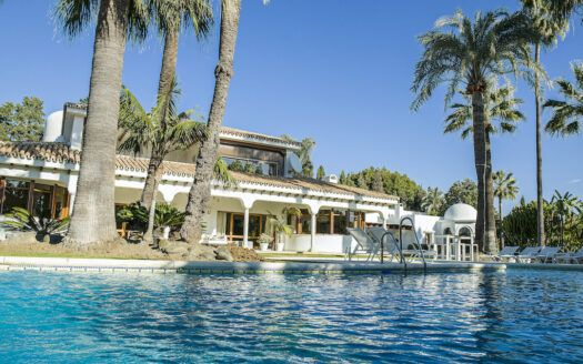 ARFV2205-381 Einmalige Immobilie mit grossem Grundstück in Guadalmina Baja